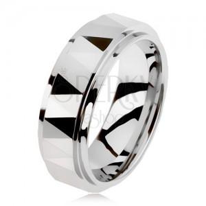 Volfrámový brúsený prsteň striebornej farby, trojuholníky, vyvýšený stredový pás