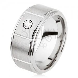 Tungstenový prsteň striebornej farby so zárezmi, matný sivý povrch, zirkón
