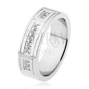 Oceľový prsteň striebornej farby, ozdobné zárezy, tri línie čírych zirkónov