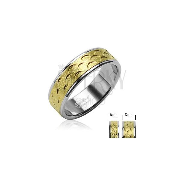 Oceľový prsteň - pruh zlatej farby s výrezmi