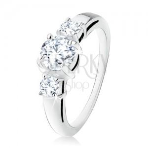 Strieborný zásnubný prsteň 925, tri okrúhle číre kamienky, rozdvojené ramená