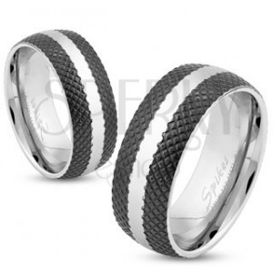 Oceľový prsteň s čiernym mriežkovaným povrchom, lesklý pás striebornej farby, 8 mm