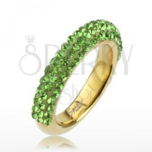 Trblietavý prsteň zlatej farby z ocele, línie svetlozelených kamienkov