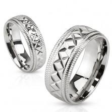 Lesklý oceľový prsteň striebornej farby, vrúbky a geometrické zárezy