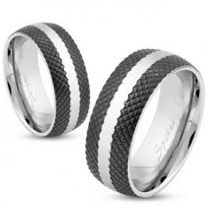 Oceľový prsteň s čiernym mriežkovaným povrchom, pás striebornej farby, 6 mm