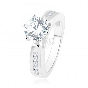 Zásnubný prsteň, zdobené ramená, okrúhly číry zirkón, výrezy, striebro 925