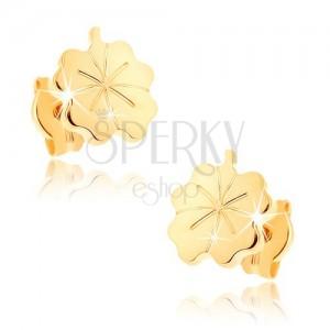 Zlaté náušnice 375 - lesklý gravírovaný štvorlístok pre šťastie