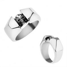 Oceľový prsteň striebornej farby, lesklé a zbrúsené ramená, patinovaná lebka