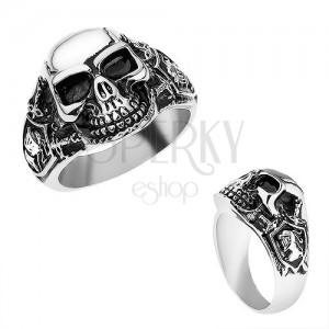Oceľový prsteň striebornej farby, vypuklá lebka s patinou, rytier, meče