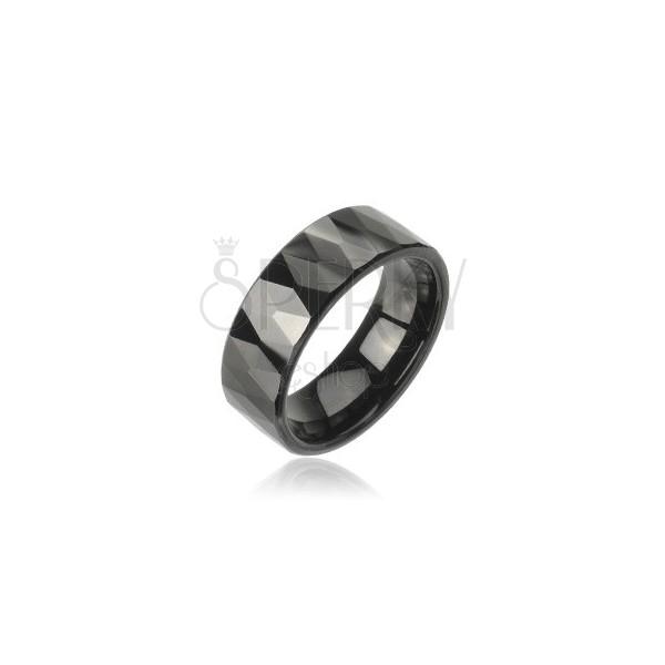 Tungstenový prsteň so vzorom brúsených čiernych kosoštvorcov