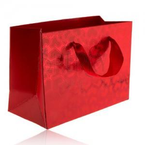 Červená taška na darček, matné srdiečka na lesklom podklade, červené stužky