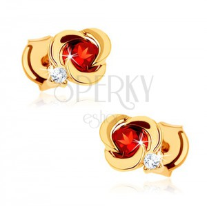 Zlaté náušnice 375 - kvet s hladkými lupeňmi a okrúhlym červeným granátom
