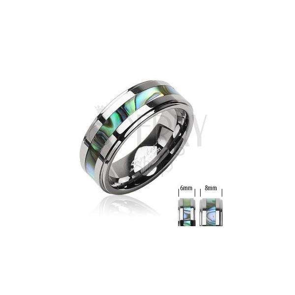 Tungstenový prsteň striebornej farby, v strede pás so vzorom mušlí