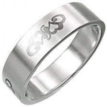 Oceľový prsteň so srdiečkovým ornamentnom