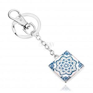 Kľúčenka kabošon, štvorec s glazúrou, modro-biely kvet, biele pozadie