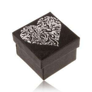 Čierna darčeková krabička na prsteň, srdce striebornej farby z ornamentov
