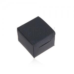 Matná tmavomodrá krabička na prsteň alebo náušnice, šikmé línie na povrchu