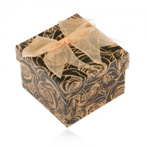 Čierna papierová krabička na prsteň, žltohnedé ruže, mašlička zlatej farby