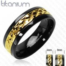 Titánový prsteň čierny so vzorovaným pruhom zlatej farby
