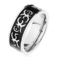 Šperky eshop - Oceľový prsteň striebornej farby, lesklý čierny pás zdobený motívom tribal C5.9 - Veľkosť: 67 mm