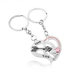 Šperky eshop - Kľúčenky pre dvojicu, strieborná farba, dve polovice srdca, šíp, nápis Z10.12
