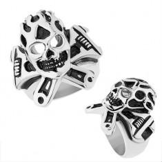 Oceľový prsteň striebornej farby, vypuklá patinovaná lebka, francúzsky kľúč