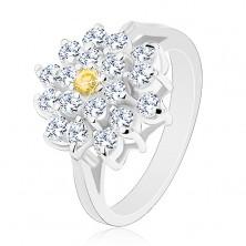 Prsteň v striebornom odtieni, veľký zirkónový kvet čírej farby, žltý stred