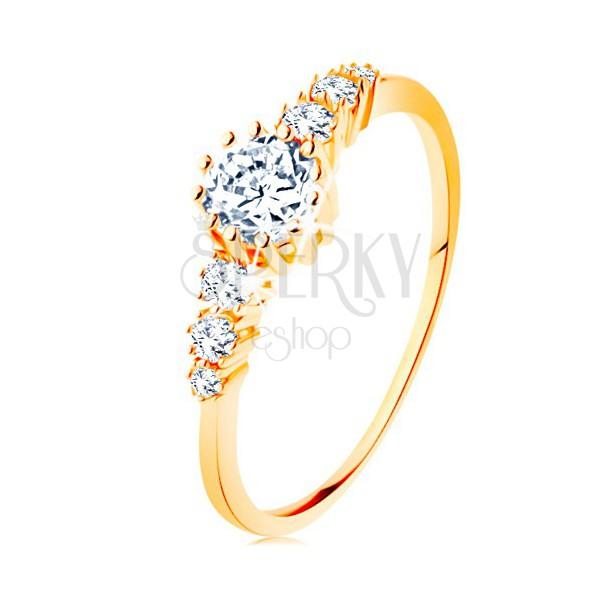 Zlatý prsteň 585 - číry okrúhly zirkón, trojice menších zirkónikov po stranách