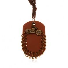 Šperky eshop - Náhrdelník z umelej kože, prívesky - hnedý ovál s krúžkami a motorka Y37.08