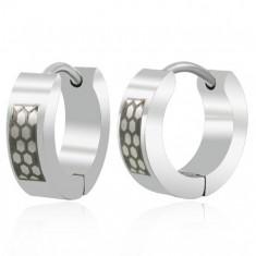 Šperky eshop - Náušnice čierno-striebornej farby z ocele včelie plásty M17.25