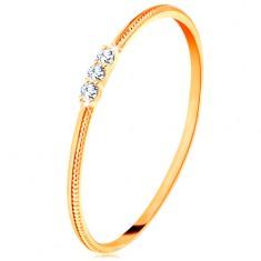 Prsteň zo žltého 14K zlata - tenké ramená s vrúbkami, tri číre zirkóniky