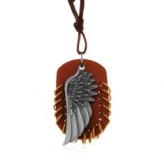 Šperky eshop - Náhrdelník z umelej kože, prívesky - hnedý ovál s krúžkami a anjelské krídlo Z12.07