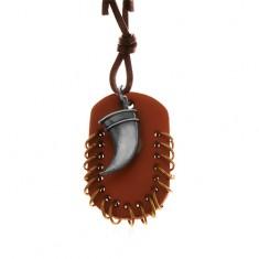 Šperky eshop - Kožený náhrdelník, prívesky - hnedý ovál s malými krúžkami a zahnutý tesák Z17.04