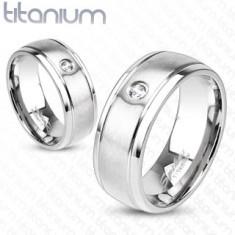 Titánový prsteň striebornej farby s matným povrchom, zárezmi a zirkónom, 8 mm