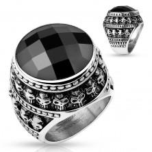 Patinovaný oceľový prsteň, čierny brúsený kameň, obrys z malých lebiek