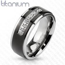 Titánový prsteň striebornej farby, čierny pás, lesklé okraje, línia čírych zirkónov