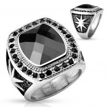 Masívny oceľový prsteň striebornej farby, veľký čierny kameň a okrúhle zirkóniky