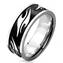 Prsteň z chirurgickej ocele striebornej farby, čierny pás zdobený motívom tribal