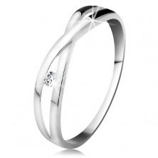 Prsteň v bielom zlate 585 - okrúhly diamant čírej farby, rozdelené prekrížené ramená