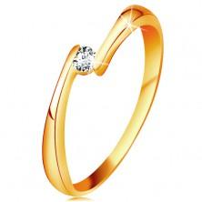 Prsteň zo žltého 14K zlata - číry diamant medzi zúženými koncami ramien