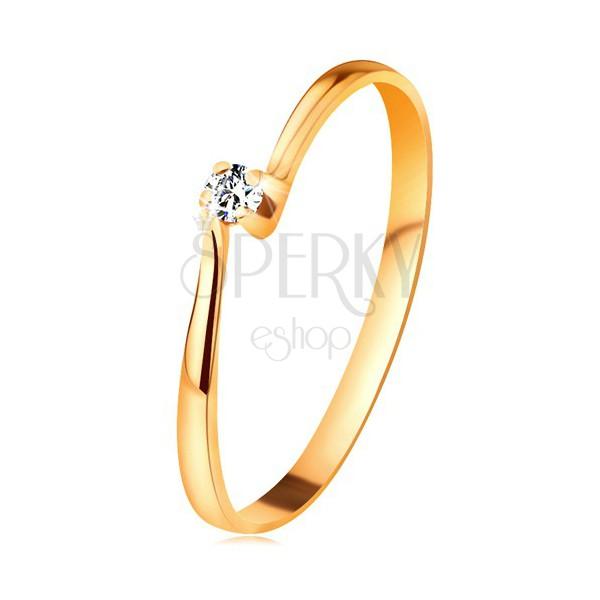 Briliantový prsteň zo žltého 14K zlata - diamant v kotlíku medzi zúženými ramenami