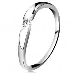 Diamantový prsteň z bieleho 14K zlata - briliant čírej farby v šikmom výreze