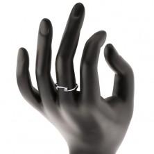 Prsteň z bieleho 14K zlata - číry diamant medzi zúženými koncami ramien