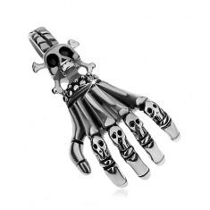 Oceľový prívesok striebornej farby, patinovaná kostra ruky s malými lebkami