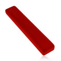 Červená darčeková krabička, podlhovastá, so zamatovým povrchom