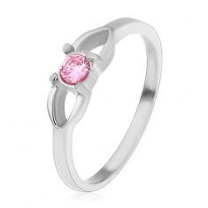 Šperky eshop - Oceľový detský prsteň, kontúra mašličky a okrúhly ružový zirkón v strede H4.03 - Veľkosť: 44 mm