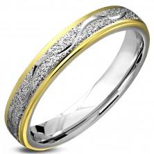 Prsteň z chirurgickej ocele, pieskovaný pás s lesklou vlnkou, okraje zlatej farby, 4 mm