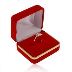 Zamatová krabička na prsteň, hladký povrch červenej farby, pás v zlatom odtieni