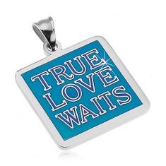 Oceľový prívesok striebornej farby, nápis TRUE LOVE WAITS, modrá glazúra