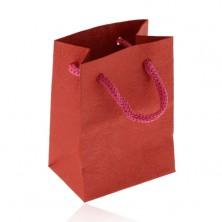 Malá papierová taštička na darček, matný povrch v červenom odtieni, vzor ruží